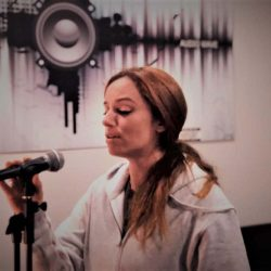 Alumna practicando con micrófono de nuestra Escuela de Canto