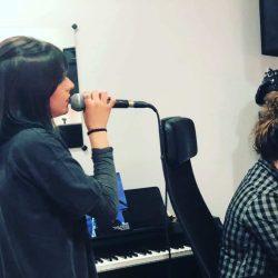 Escuela de Canto donde estudias con micrófono y profesor personal