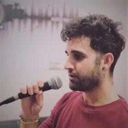 Alumno de la Escuela de Canto con uno de nuestros micrófonos Shure Ear Pro