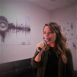 Alumna cantando en la escuela Albert's Voices