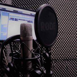 Micrófonos y audífonos de última generación en el Estudio de Albert's Voices