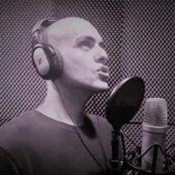 Alumno cantando en el estudio de la escuela de canto