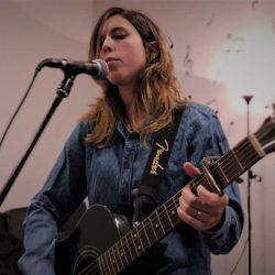 Alumna tocando música en directo en la escuela de canto