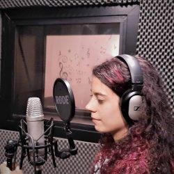 Alumna en el Estudio de Grabación de la Escuela de Canto