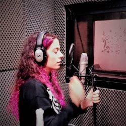 Alumna de las clases de canto practicando en el estudio de la escuela